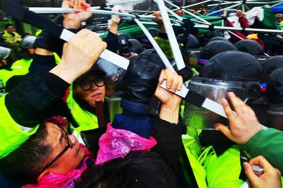 1171320505 Южная Корея: Полиция и наёмники атаковали протестующих рабочих