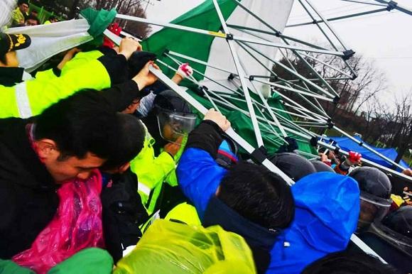 1299622439 Южная Корея: Полиция и наёмники атаковали протестующих рабочих