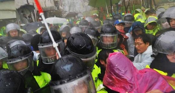 1348541858 Южная Корея: Полиция и наёмники атаковали протестующих рабочих