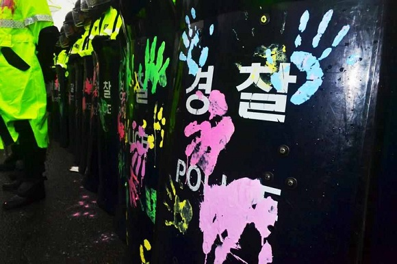 1379848522 Южная Корея: Полиция и наёмники атаковали протестующих рабочих