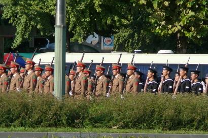 북한군을 연상시키는, 총을 든 남한 군인들